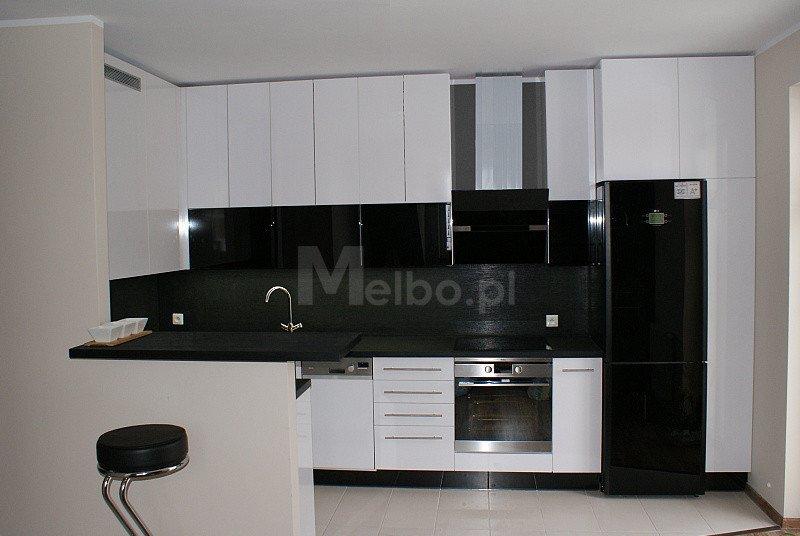 meble kuchenne na wymiar biae fronty lakierowane z czarnym